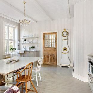 Idéer för ett mellanstort shabby chic-inspirerat kök, med en rustik diskho, luckor med upphöjd panel, grå skåp, rostfria vitvaror, målat trägolv och marmorbänkskiva