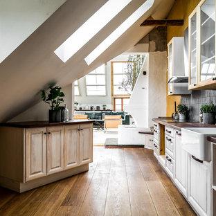 Idéer för skandinaviska linjära kök, med träbänkskiva, en rustik diskho, grått stänkskydd, rostfria vitvaror, mellanmörkt trägolv, brunt golv och luckor med upphöjd panel