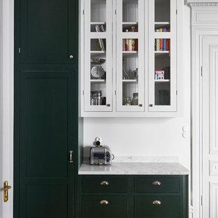 ストックホルムのヴィクトリアン調のおしゃれなダイニングキッチン (大理石カウンター、グレーのキッチンパネル) の写真