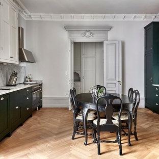 Inspiration för ett stort vintage kök, med marmorbänkskiva, grått stänkskydd, en enkel diskho, luckor med upphöjd panel, gröna skåp, färgglada vitvaror och ljust trägolv