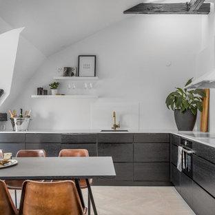 Exempel på ett mellanstort nordiskt kök, med en enkel diskho, släta luckor, svarta skåp, vitt stänkskydd, glaspanel som stänkskydd, svarta vitvaror, ljust trägolv och beiget golv