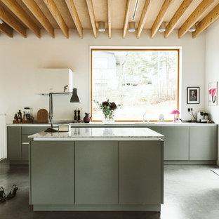 Idéer för minimalistiska vitt l-kök, med en undermonterad diskho, släta luckor, grå skåp, integrerade vitvaror, betonggolv, en köksö och grått golv