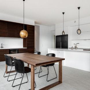 Foto på ett nordiskt vit kök och matrum, med släta luckor, vita skåp, vitt stänkskydd, en köksö och grått golv