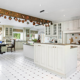 Exempel på ett mycket stort klassiskt kök, med luckor med upphöjd panel, vita skåp och en köksö