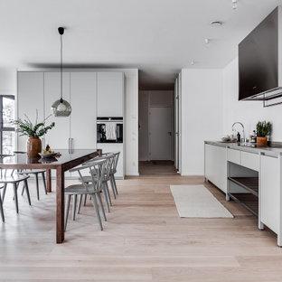 Idéer för mycket stora skandinaviska grått kök, med en undermonterad diskho, släta luckor, grå skåp, integrerade vitvaror och beiget golv