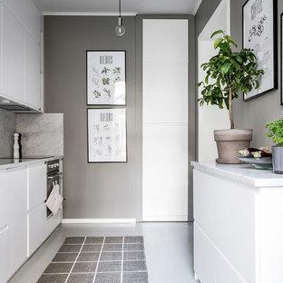 Inspiration för ett avskilt nordiskt parallellkök, med en undermonterad diskho, släta luckor, vita skåp, marmorbänkskiva, grått stänkskydd, stänkskydd i marmor, svarta vitvaror och vitt golv