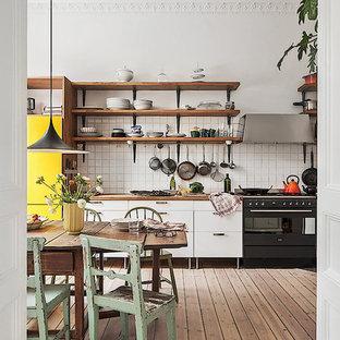 Foto på ett mellanstort nordiskt linjärt kök, med öppna hyllor, skåp i mörkt trä, träbänkskiva, vitt stänkskydd, stänkskydd i keramik, integrerade vitvaror och mellanmörkt trägolv