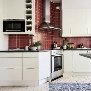 Bild på ett mellanstort minimalistiskt kök, med släta luckor, vita skåp, rött stänkskydd, ljust trägolv och beiget golv
