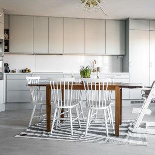 Inspiration för skandinaviska kök och matrum, med släta luckor, grå skåp och vitt stänkskydd