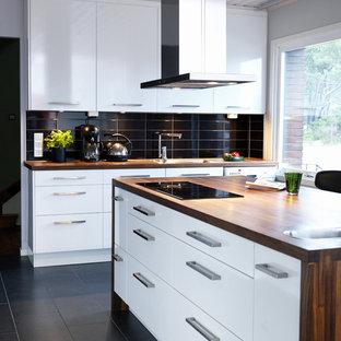 Idéer för mellanstora funkis kök, med släta luckor, vita skåp, träbänkskiva, kalkstensgolv och en köksö