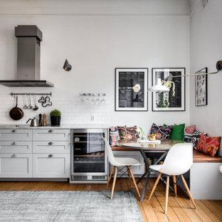 ストックホルムの中くらいのヴィクトリアン調のおしゃれなキッチン (ドロップインシンク、インセット扉のキャビネット、グレーのキャビネット、大理石カウンター、白いキッチンパネル、セラミックタイルのキッチンパネル、シルバーの調理設備、無垢フローリング、アイランドなし、ベージュの床、白いキッチンカウンター) の写真