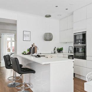 Idéer för att renovera ett mellanstort funkis kök, med släta luckor, vita skåp och en halv köksö