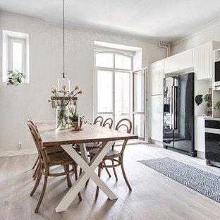 Idéer för ett stort minimalistiskt kök, med vita skåp och svarta vitvaror
