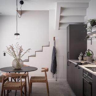 Idéer för ett mellanstort modernt kök, med vitt stänkskydd, stänkskydd i marmor och integrerade vitvaror