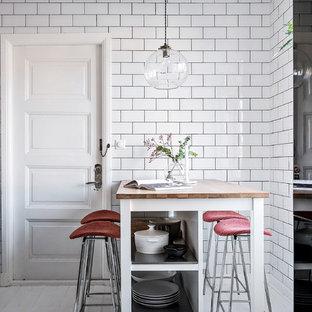 Inspiration för ett litet nordiskt kök och matrum, med målat trägolv och vitt golv