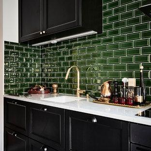ヨーテボリのエクレクティックスタイルのおしゃれなキッチン (シングルシンク、シェーカースタイル扉のキャビネット、黒いキャビネット、大理石カウンター、緑のキッチンパネル、セラミックタイルのキッチンパネル、シルバーの調理設備、アイランドなし、マルチカラーの床) の写真