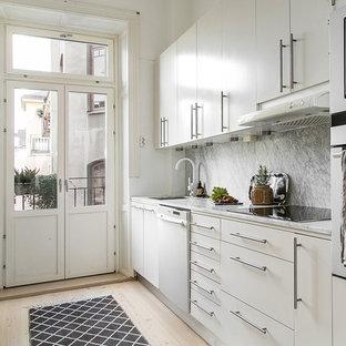 Inspiration för ett minimalistiskt grå linjärt grått kök, med en undermonterad diskho, släta luckor, vita skåp, marmorbänkskiva, grått stänkskydd, stänkskydd i marmor, vita vitvaror och ljust trägolv