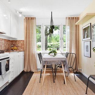 Inspiration för mellanstora klassiska linjära kök och matrum, med vita skåp, stänkskydd i terrakottakakel, vita vitvaror, kaklad bänkskiva och beige stänkskydd