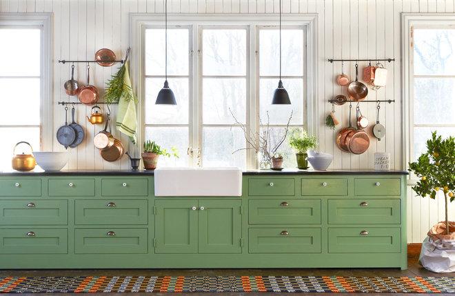 Farmhouse Kitchen by Platsbyggda kök och möbler