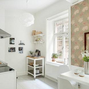 Новый формат декора квартиры: линейная кухня среднего размера в стиле кантри с обеденным столом, деревянным полом, островом, открытыми фасадами, белыми фасадами и столешницей из дерева