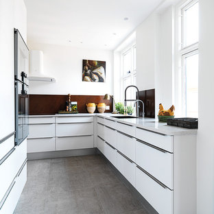 Geschlossene, Mittelgroße Moderne Küche ohne Insel in L-Form mit flächenbündigen Schrankfronten, weißen Schränken, Küchenrückwand in Braun, Doppelwaschbecken, Granit-Arbeitsplatte, Küchengeräten aus Edelstahl und Kalkstein in Kopenhagen