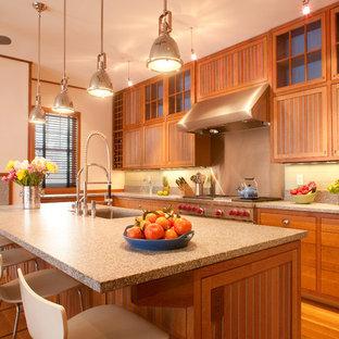 Urige Küche mit Unterbauwaschbecken, Lamellenschränken, hellbraunen Holzschränken, Küchenrückwand in Metallic, braunem Holzboden, Kücheninsel, braunem Boden und grauer Arbeitsplatte in Portland Maine