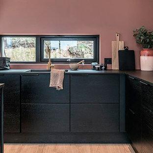 オーフスのモダンスタイルのおしゃれなキッチンの写真