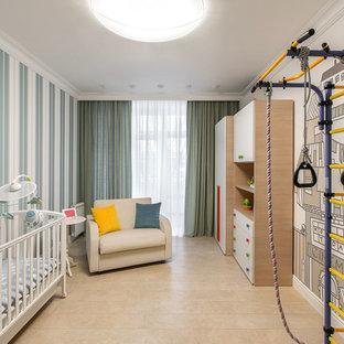 На фото: большая комната для малыша в современном стиле с разноцветными стенами и бежевым полом для девочек или мальчиков с