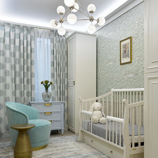 Idée de décoration pour une chambre de bébé tradition avec moquette et un sol gris.