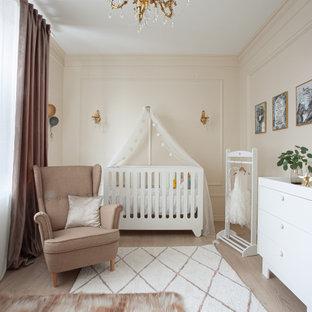 На фото: комната для малыша в стиле современная классика
