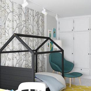 Exemple d'une chambre de bébé garçon tendance de taille moyenne avec un mur multicolore et un sol en carrelage de porcelaine.
