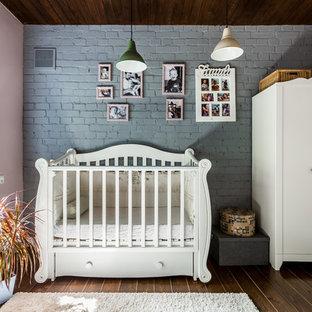 Новый формат декора квартиры: комната для малыша в стиле фьюжн с розовыми стенами, темным паркетным полом и коричневым полом для девочки