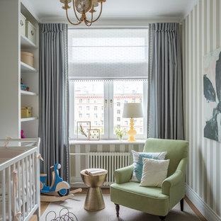 Imagen de habitación de bebé neutra tradicional renovada con paredes multicolor