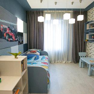 Cette photo montre une grande chambre de bébé garçon tendance avec un mur bleu, un sol en liège et un sol beige.