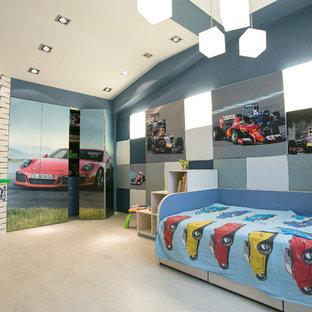 Modelo de habitación de bebé niño contemporánea, grande, con paredes azules, suelo de corcho y suelo beige