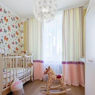 Стильный дизайн: комната для малыша в скандинавском стиле с разноцветными стенами и темным паркетным полом для девочки - последний тренд