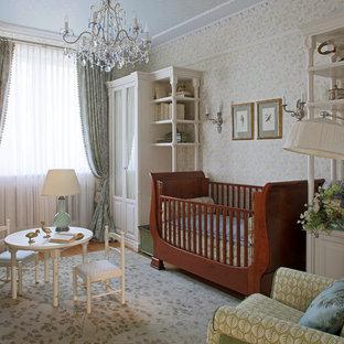 Неиссякаемый источник вдохновения для домашнего уюта: нейтральная комната для малыша в классическом стиле с паркетным полом среднего тона