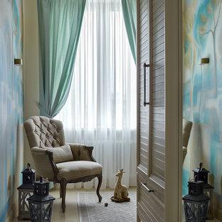 Modelo de habitación de bebé niño ecléctica, pequeña, con paredes beige y suelo de corcho