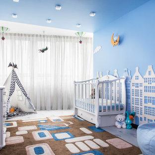 Idée de décoration pour une chambre de bébé garçon design de taille moyenne avec un sol en liège, un mur bleu et un sol multicolore.