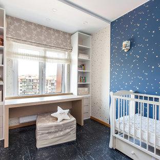 Imagen de habitación de bebé actual con paredes azules y suelo azul