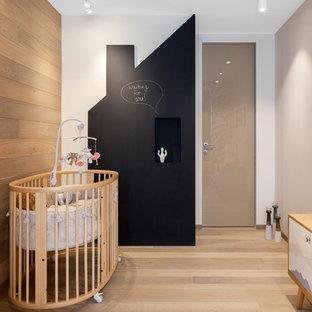Свежая идея для дизайна: комната для малыша в современном стиле с разноцветными стенами, светлым паркетным полом и бежевым полом для девочек или мальчиков - отличное фото интерьера