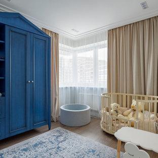 Неиссякаемый источник вдохновения для домашнего уюта: нейтральная комната для малыша в стиле современная классика с серыми стенами, темным паркетным полом и коричневым полом