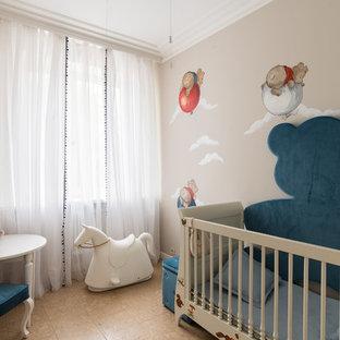 На фото: доступные комнаты для малыша среднего размера в современном стиле с бежевыми стенами, пробковым полом и бежевым полом для мальчика
