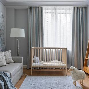 Неиссякаемый источник вдохновения для домашнего уюта: нейтральная комната для малыша в стиле современная классика с серыми стенами, паркетным полом среднего тона и коричневым полом