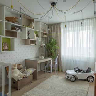 Стильный дизайн: нейтральная комната для малыша в современном стиле с белыми стенами, светлым паркетным полом и бежевым полом - последний тренд