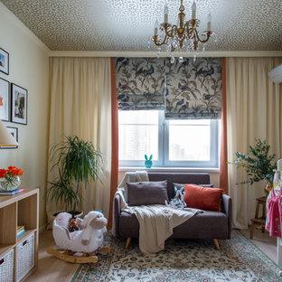 Свежая идея для дизайна: комната для малыша в классическом стиле с бежевыми стенами и светлым паркетным полом для девочки - отличное фото интерьера