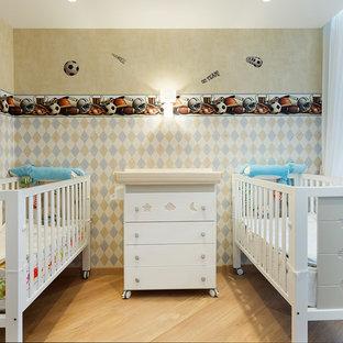 Новый формат декора квартиры: комната для малыша среднего размера в скандинавском стиле с разноцветными стенами, светлым паркетным полом и бежевым полом для мальчика