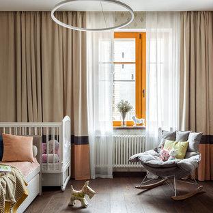 На фото: с высоким бюджетом комнаты для малыша среднего размера в современном стиле с коричневым полом, темным паркетным полом и бежевыми стенами для девочки