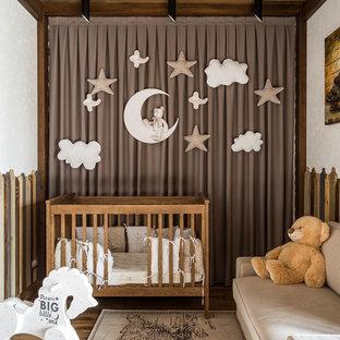 Свежая идея для дизайна: большая нейтральная комната для малыша в современном стиле с белыми стенами, паркетным полом среднего тона и коричневым полом - отличное фото интерьера