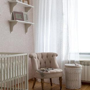 Неиссякаемый источник вдохновения для домашнего уюта: комната для малыша в классическом стиле с розовыми стенами, паркетным полом среднего тона и коричневым полом для девочки